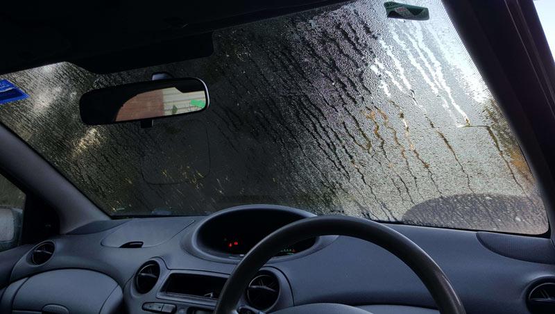 Потеют стекла в машине: что делать