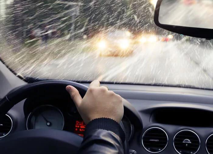 Как правильно управлять автомобилем в дождь и снегопад